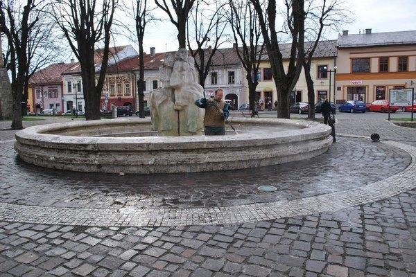 Údržba. V Starej Ľubovni je jediná mestská fontána.