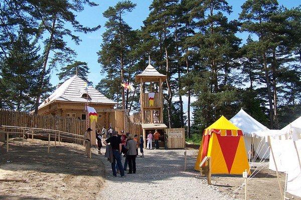 Vojenský tábor pod hradom. Privíta aj deti v špeciálnych táborových turnusoch.