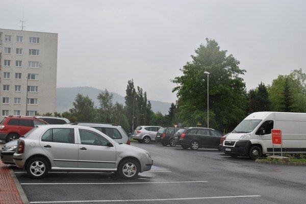 Parkovisko pred zavretým supermarketom. Ľudia ho využívajú, aj keď sa tam ešte nedá nakupovať.