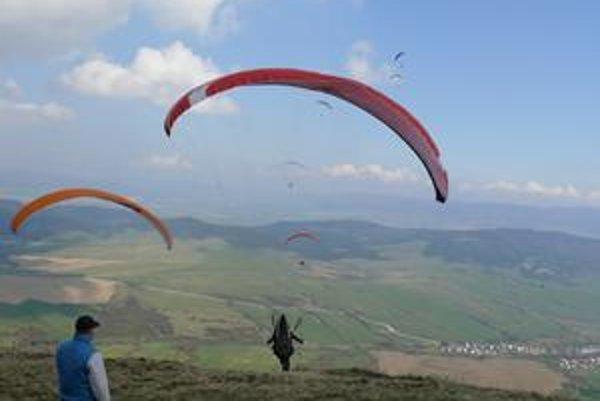 Paraglidisti si zmerali sily.