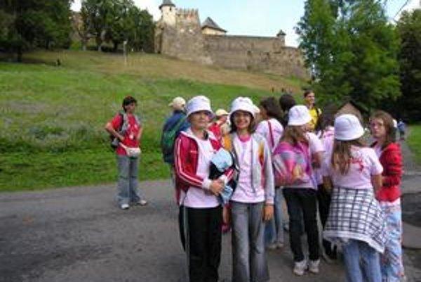 Pod hradom. Na návštevu dominanty mesta sa tešili aj Veronika a Gabika.