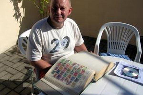 Filatelista Michal so svojou zbierkou známok Európy.