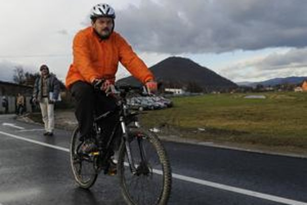 Prilba a reflexné prvky. Aj cyklista musí dodržiavať pravidlá.