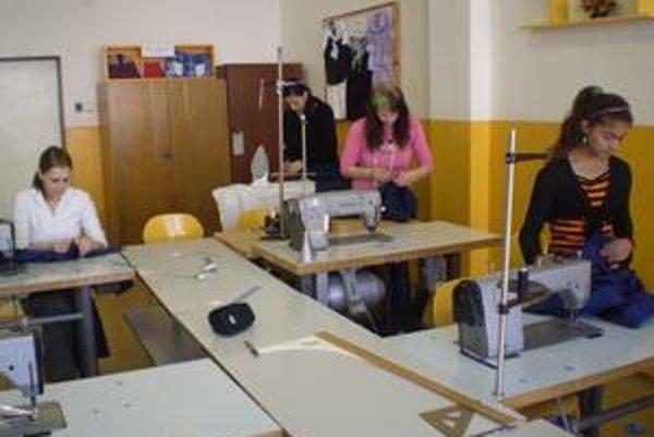 Sústredené dievčatá pri dokončovaní súťažných prác.