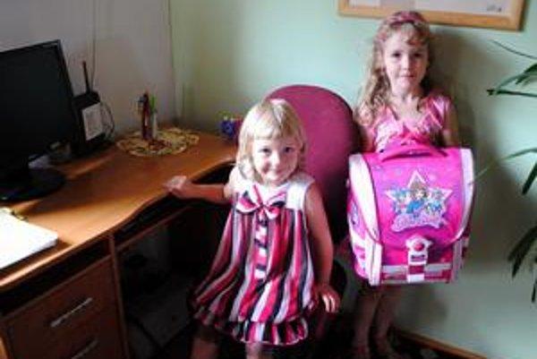 Škola volá. Malá Lenka Balážová (vľavo) si na školu ešte počká. Jej staršia sestrička Slávka ju spozná už o niekoľko dní.