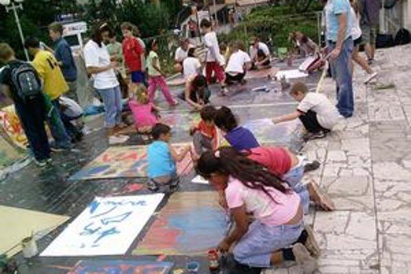 Nádejní výtvarníci. Do maľovania sa zapojili desiatky detí. Ich diela sa aj dražili.