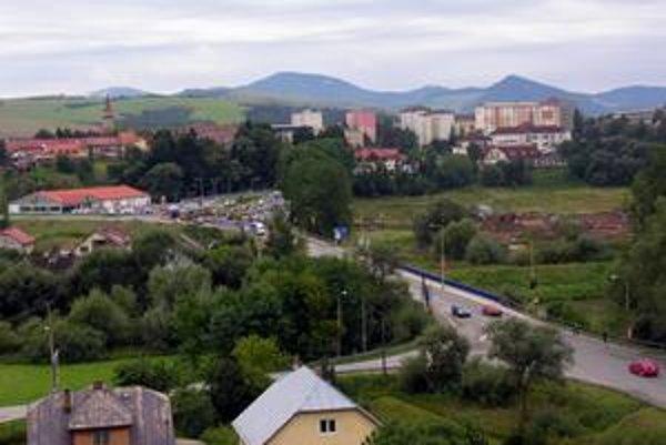 Naše mesto. Pohľad na Starú Ľubovňu v smere od Popradu.