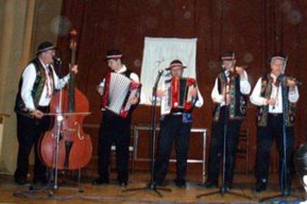 Ľudová hudba Pastrnoci. Celý večer všetkých ohromovali svojím hraním.