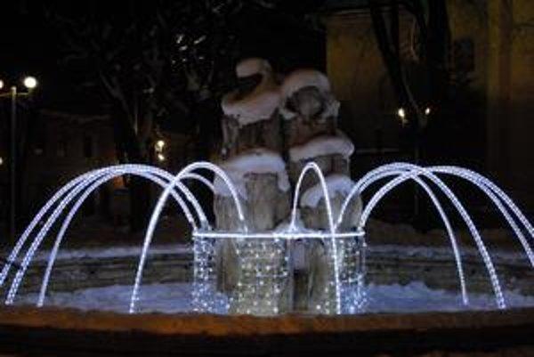 Fontána. Jej súčasťou sa počas týchto Vianoc stala aj svetelná výzdoba.