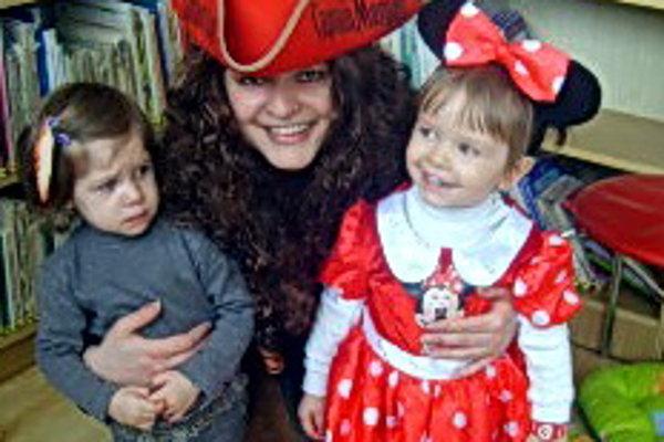 Janka Liščinská v maske pirátky z Karibiku. Zabávala sa s dcérou Kristínkou ako Minnie a kamarátkou indiánkou Jolankou.