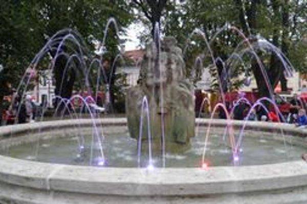 Moderná fontána vyrástla v historickom jadre.