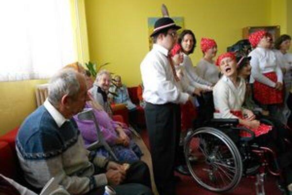 V domove. Deti preniesli svoje úprimné nadšenie aj na seniorov.