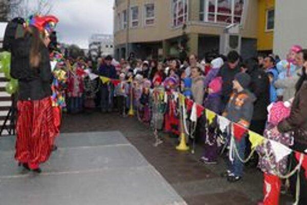Pešia zóna pred mestským úradom. Zaplnila sa deťmi, ale i dospelými, ktorí si nenechali ujsť Detský Silvester.