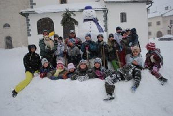 Obor na námestí. Snehuliaka vysokého 2,5 metra postavili deti  s rodičmi.