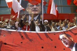 Podporovatelia tureckého prezidenta Erdogana protestujú proti neúspešnému pokusu o prevrat v krajine.