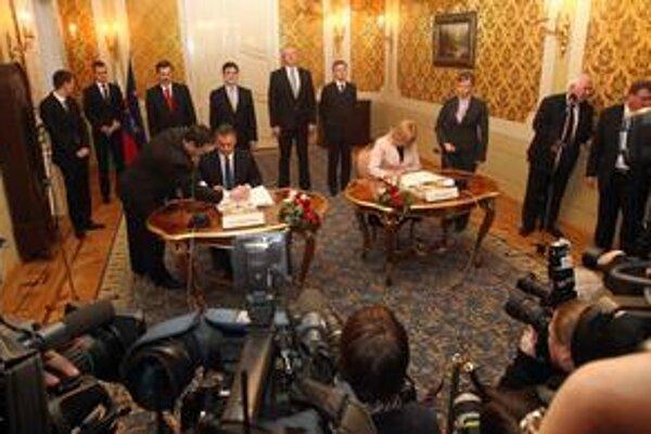 Iveta Radičová a Viktor Orbán pri podpise zmluvy.