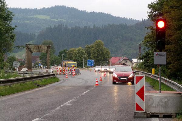 Už čoskoro bude obnovená premávka na moste v Podbieli. Zatiaľ to bolo len na chvíľu.