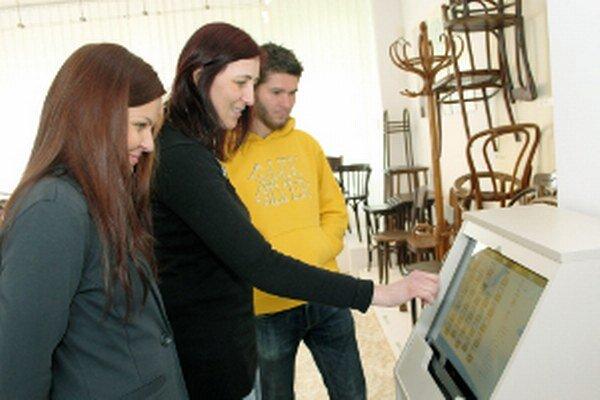 Výstava stoličiek je prístupná v Hornonitrianskom múzeu, informuje o nej aj špeciálny kiosk.