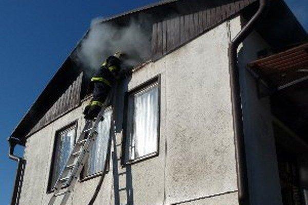 Požiar rodinného domu likvidovalo šesť hasičov.