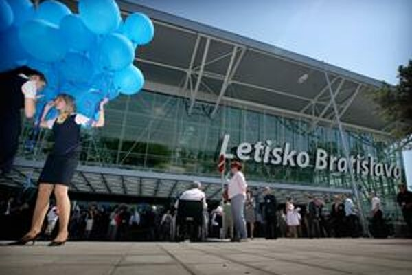 Jedným z adeptov na vstup strategického investora je podľa vlády bratislavské letisko.