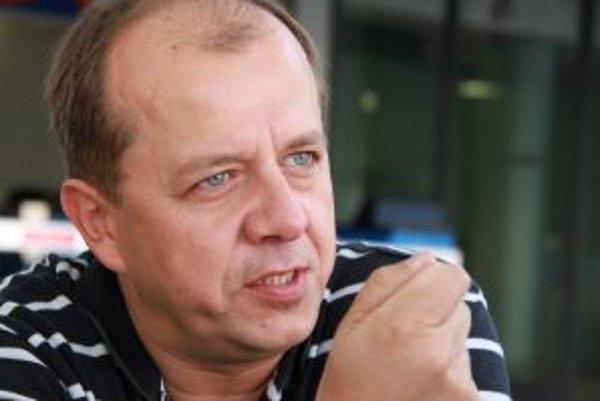 Narodil sa v roku 1969 v Trenčíne. Vyštudoval žurnalistiku na Filozofickej fakulte Univerzity Komenského v Bratislave. Najskôr pôsobil ako hudobník, v skupine Bez ladu a skladu hral na bicie, neskôr bol zamestnaný ako žurnalista v ČTK, SME a SITA, absolvo