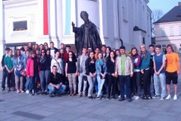 V Poľsku sa žiaci odfotili pred sochou svätého Jána Pavla II.