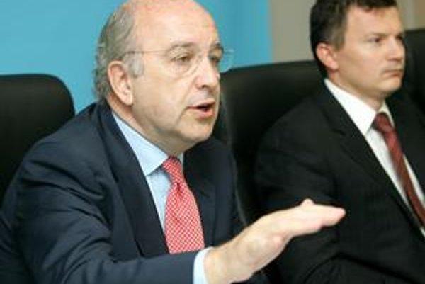 Eurokomisír Almunia začína ministrovi financií Jánovi Počiatkovi posielať prvé varovné signály ohľadom verejného rozpočtu.