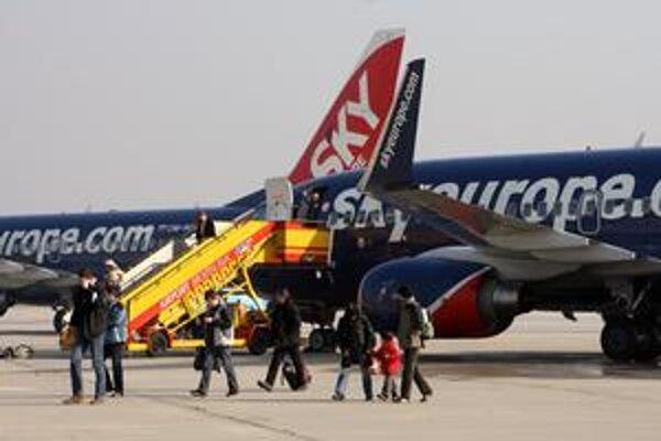 Leteckú spoločnosť naháňajú veritelia – ak nesplatí svoj dlh do niekoľkých dní, podajú návrh na konkurz. Ak nie je lietanie stratové, malo by  aj po vyhlásení konkurzu fungovať ďalej, tvrdia niektorí právnici.