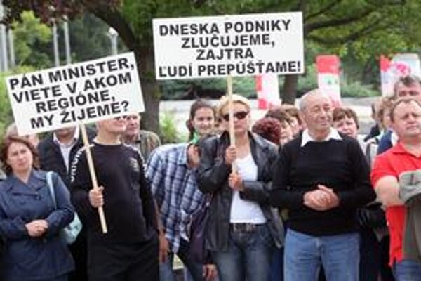 Zamestnanci štátnej firmy Ulič včera protestovali pred Úradom vlády. Premiérovi priniesli list, v ktorom píšu, že za zlúčením podnikov nie je kríza, ale privatizácia Uliča.