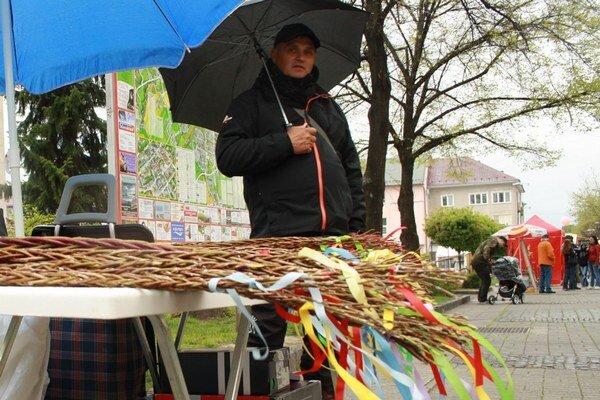 Jozef Koliš ponúkal korbáče aj na trhu v centre Prievidze.