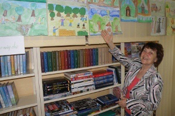 Eva Kucharovičová ukazuje, ako deti stvárnili povesti o obci.