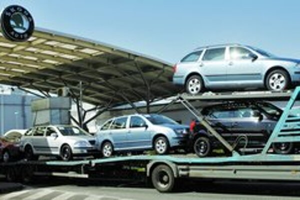 Súčastné znižovanie cien automobilov Škoda v Českej republike by malo podporiť ich predaj a zabrániť znižovaniu ich produkcie.