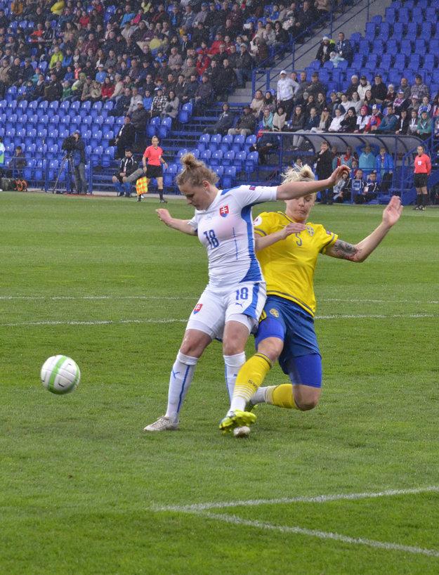 Dominika Škorvánková (vľavo) hráva futbal od štyroch rokov.