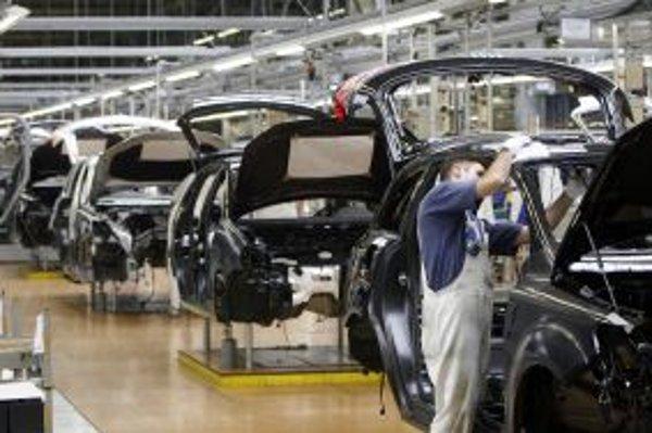 Automobilky patria dlhodobo k ťahúňom slovenskej ekonomiky. Na snímka výrobná linka automobilky Volkswagen v závode v Devínskej novej Vsi.