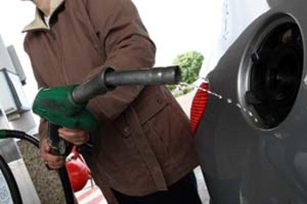 Stredoeurópske rafinérie sú v ostrom súboji. Motoristi, ale aj tak tankujú palivo vyrobené v ich domácej.