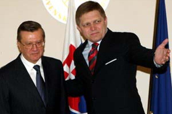Podľa ruského denníka Vremja sľúbil Róbert Fico ruskému premiérovi Viktorovi Zubkovi (vľavo), že akcie Transpetrolu po skrachovanom Jukose pôjdu opäť do Ruska.