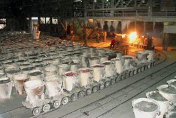 Hala na výrobu karbidu vápnika v Nováckych chemických závodoch.