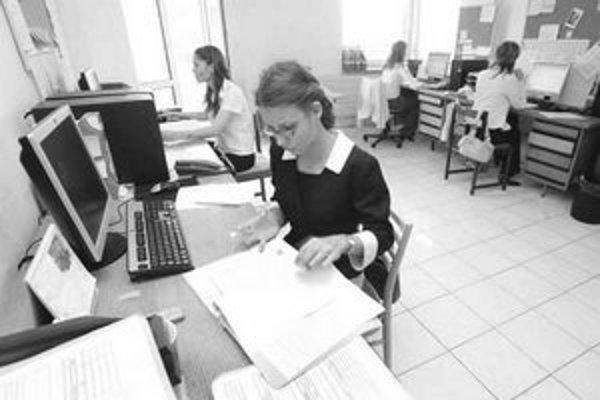 Pracovná zdravotná služba vám za úplatu poradí, ako máte mať v kancelárii rozmiestnené stoly.