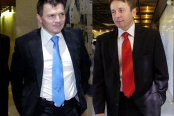 Bývalý a súšasný minister financií, Ivan Mikloš (vpravo) a Ján Počiatek mali pred rokom počas rozpravy pri prijímaní rozpočtu dobrú náladu.