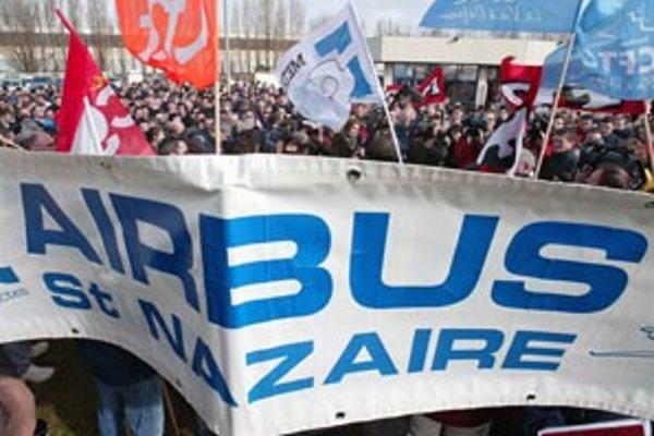 Airbus vlani vyplatil zamestnancom prémiu od 1 200 do 1 800 eur. V tomto roku chcel vyplatiť iba 500 eur, odborári však požadujú 3–tisíc eur.