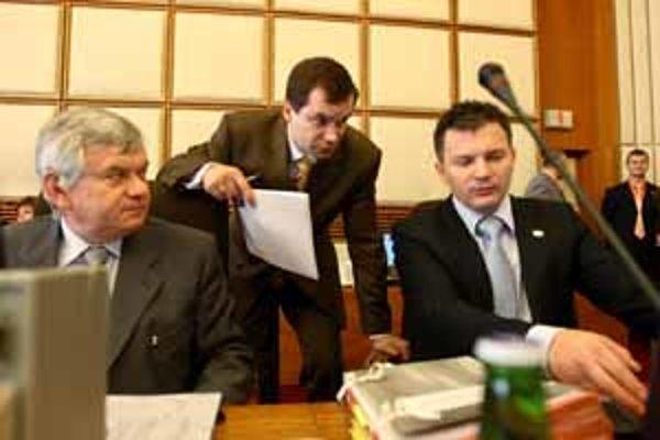 Ministrovi financií Jánovi Počiatkovi včera prešiel návrh na nižší deficit verejných financií.