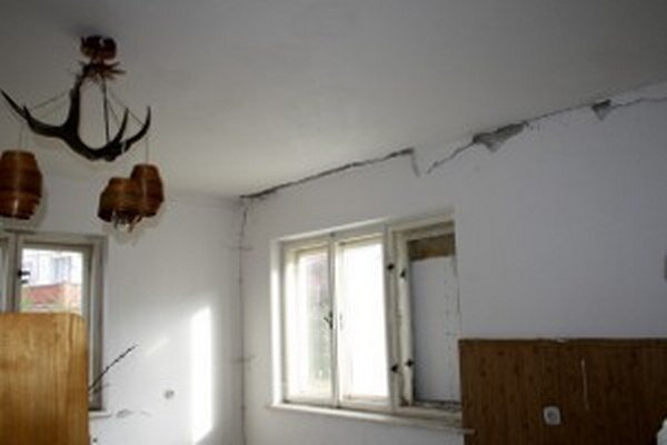 Praskliny sa objavili v dome, do ktorého sa mala sťahovať mladá rodina.