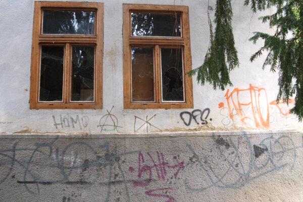 Rozbité okná, popísané steny - na kultúrnej pamiatke.