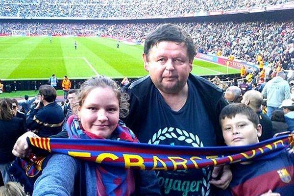 Výherca Igor Tkáč so synom Jakubkom a neterou Vanesou na barcelonskom štadióne.