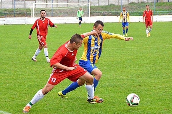 Futbalisti Vrábeľ (na snímke v červenom zo zápasu s DAC-om B) vyhrali naposledy 5. septembra v Komárne.