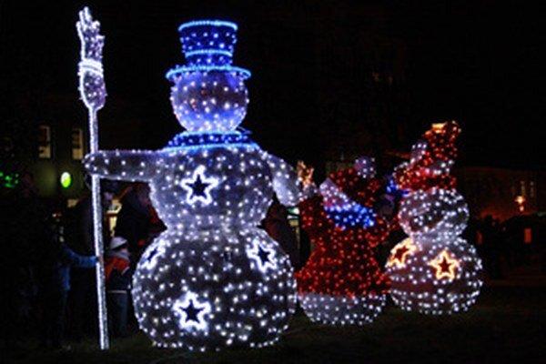 Aj o vianočnú výzdobu Námestia slobody v Prievidzi sa tento rok postarala spoločnosť Unipa.