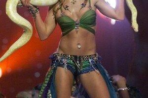 Britney Spears počas vystúpenia s hadom počas finále 2001 MTV Video Music Awards 6. septembra 2001