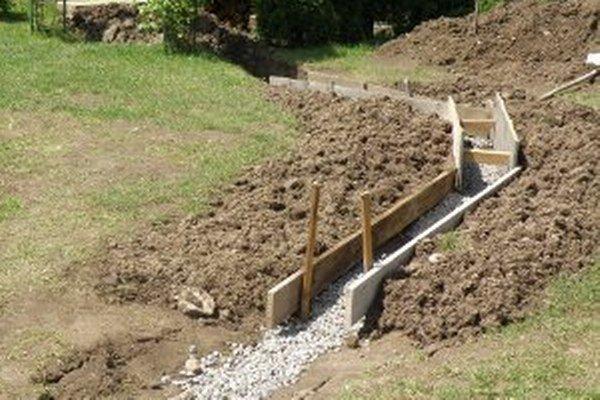 Igor Čičmanec z Hradca si pre zosuvy sám vybudoval na dvore odvodňovací kanál.