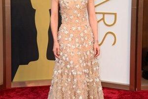 Cate Blanchet zvolila romantické šaty z dielne Armani a účes v štýle 50. rokov . Sošku Oscara si vyslúžila za stvárnenie Jasmíny vo filne režiséra Woodyho Allena Jasmínine slzy.