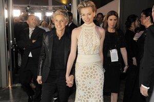 Moderátorka večera Ellen DeGeneres s partnerkou Portiou de Rossi po živom prenose udeľovania Oscarov.